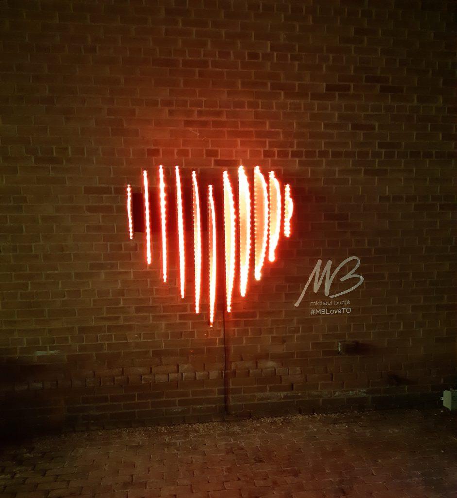 A escultura em luz EDGE-LIT HEART que ilustra este texto foi criada pelo artista Craig Small e exibida no Toronto Light Festival 2019.